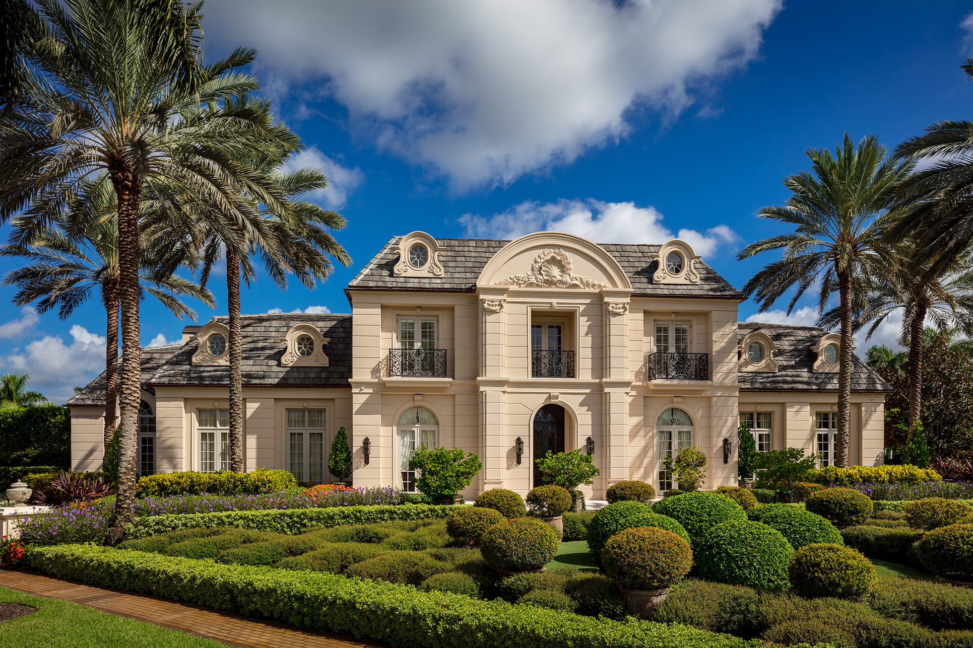 Walsh is equally fluent in modern modes and traditional homes, as at the St Andrews Country Club in Boca Raton.
